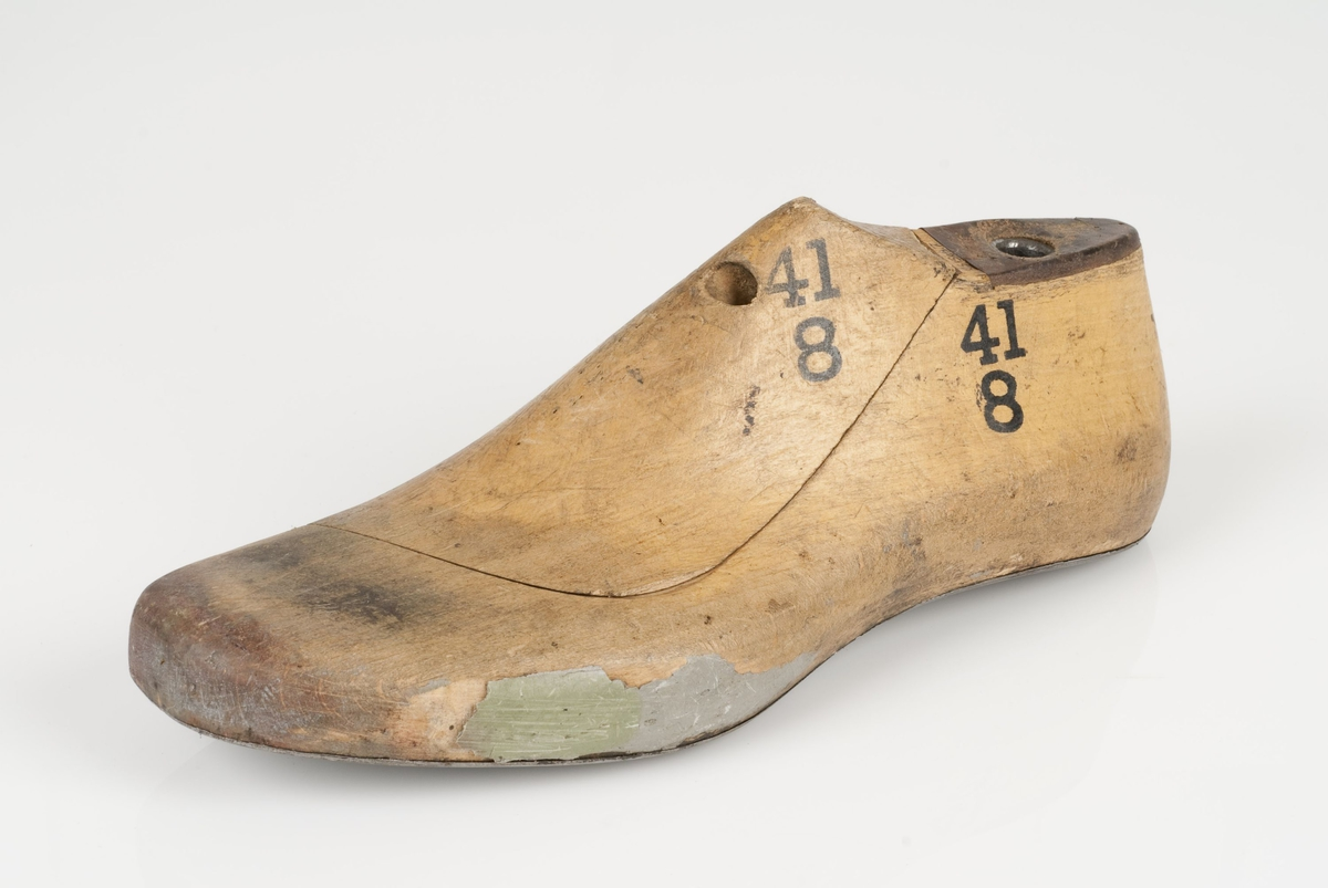 En tremodell i to deler; lest og opplest/overlest (kile). Venstrefot i skostørrelse 41, og 8 cm i vidde. Såle i metall.