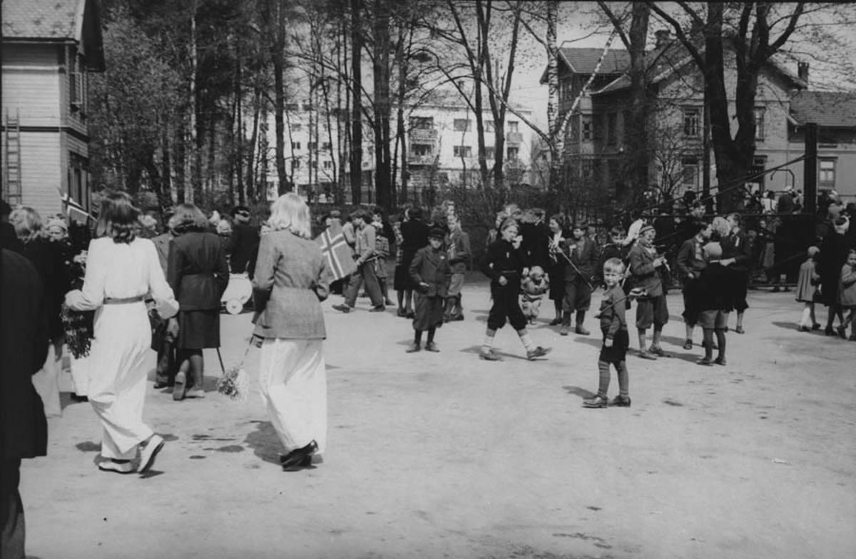 Ved Ski stasjon, antagelig 9.mai 1945.