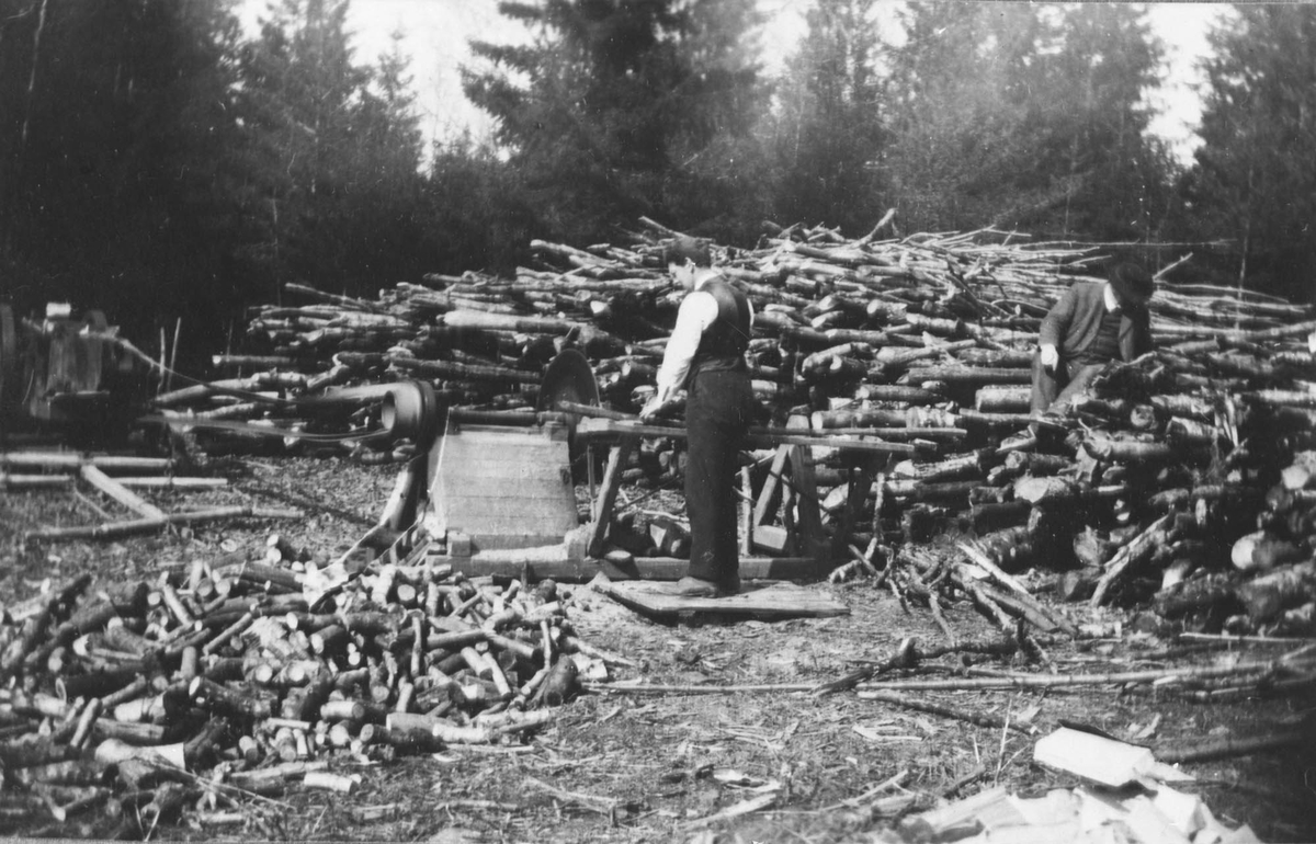 Vedproduksjon under første verdenskrig. Sirkelsagen drevet med remdrift fra traktor.
