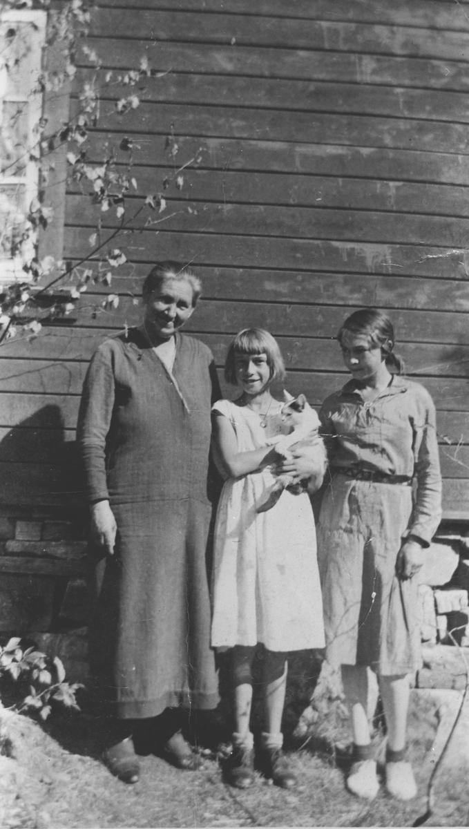 Fru Martinsen med døterene Gerd og Randi.