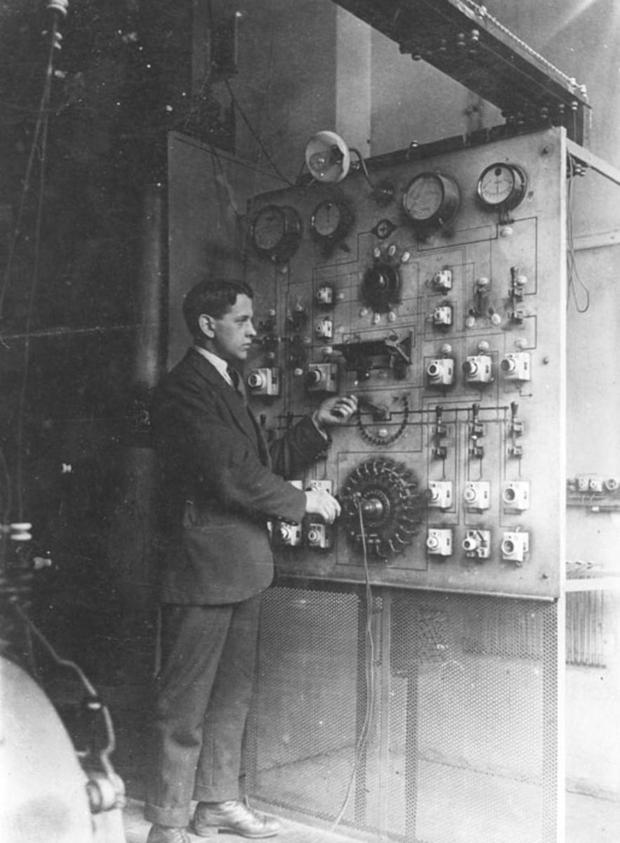 Theodor Kinn ved brytertavla på Foss (slipeskive)fabrikk eller hos Per Kure, Oslo