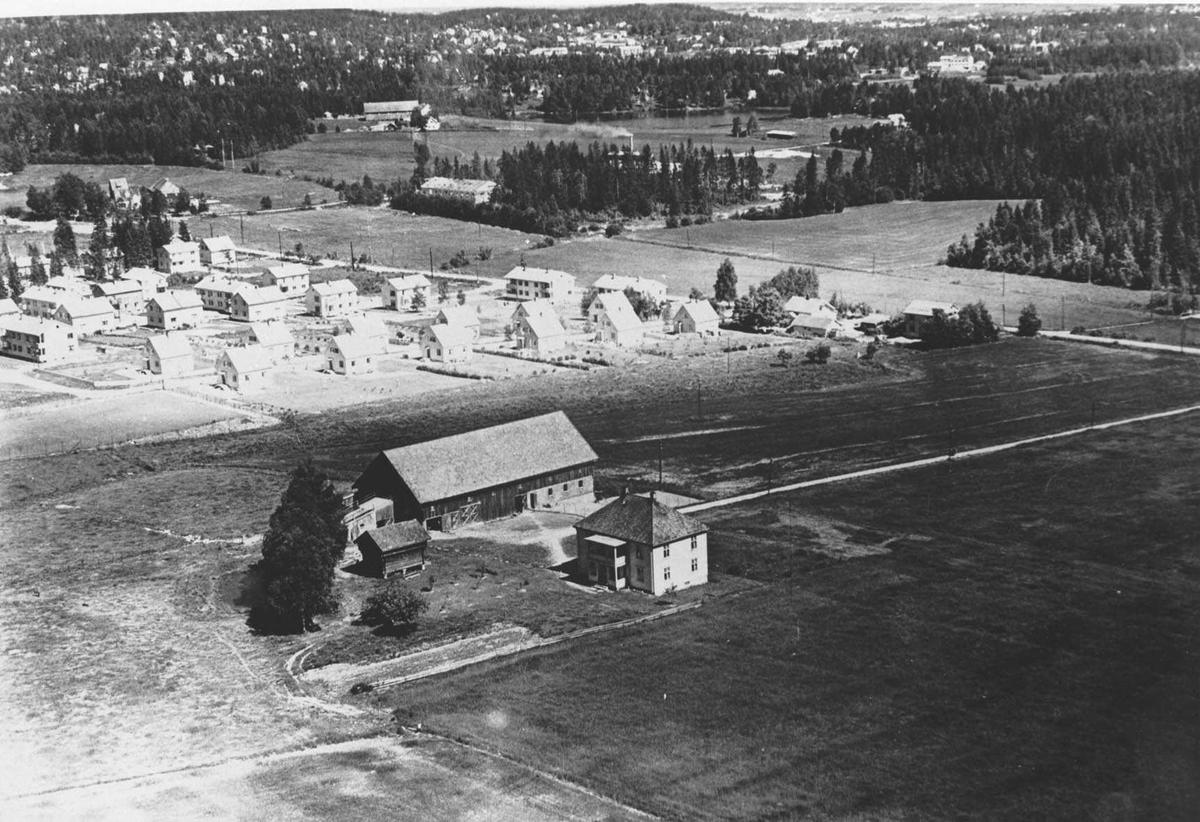 Flyfoto av Rolvsrud gård.  Bak byggefeltet på Rolvsrud.