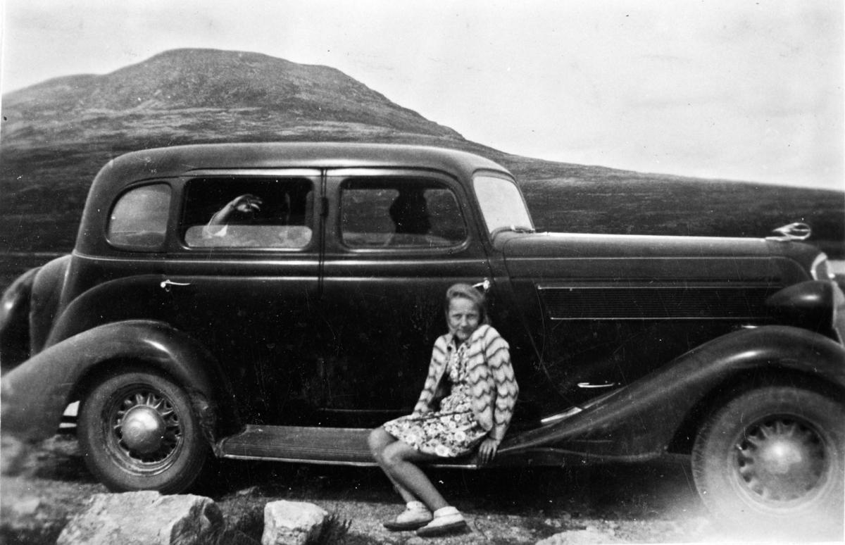 Bjørg Feiring på stigtrinnet på familiens bil.