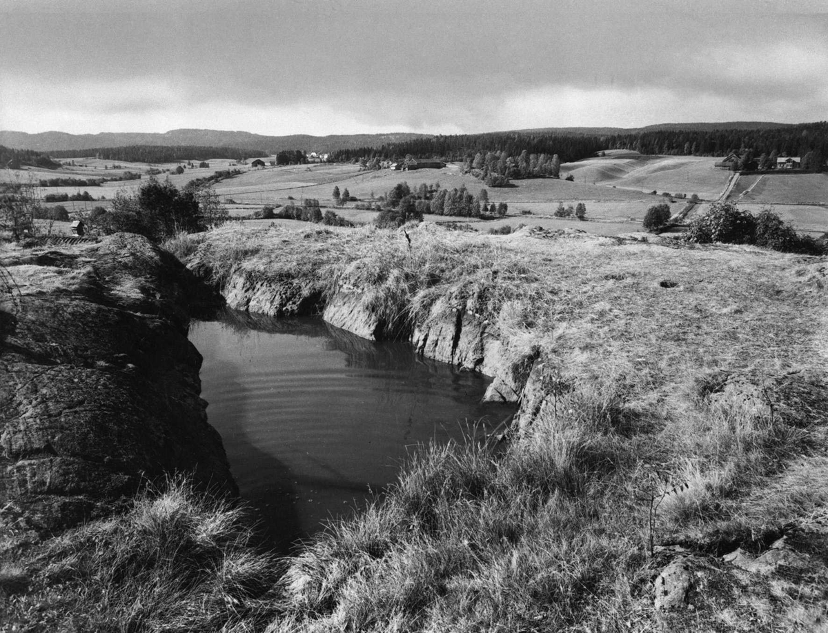 """""""Olavskilden"""" eller Hammer-brønnen, toppen av Hammersberget."""