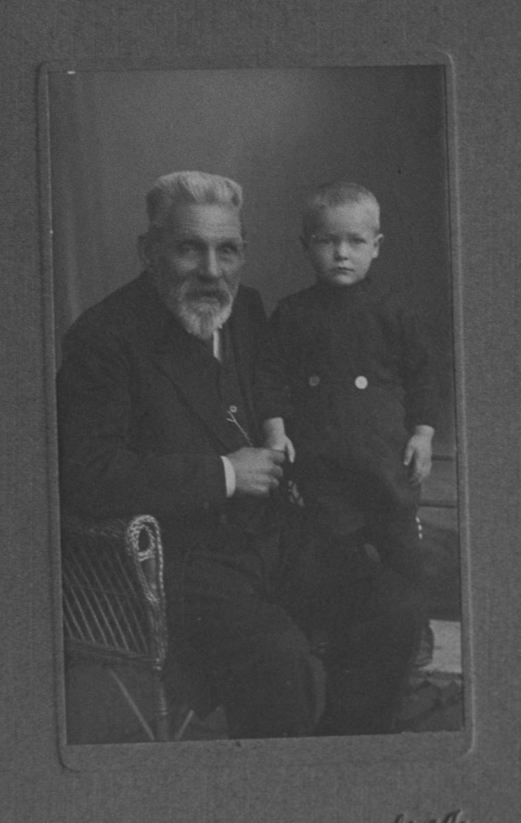 Johan Olsen Dahlbak. Portrett med barnebarnet Alf Bergersen.