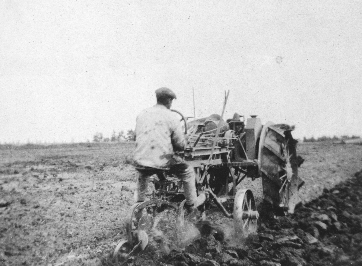 Jernhesten på Hvam, Gunnar Teie pløyer med traktor