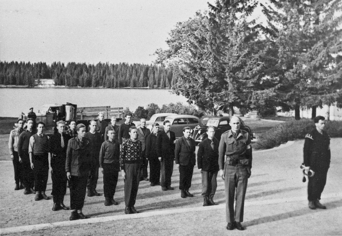 Hjemmestyrker. Stabssjef for A – 122, Alv Elvetun, foran. Ved Romerike Folkehøyskole.