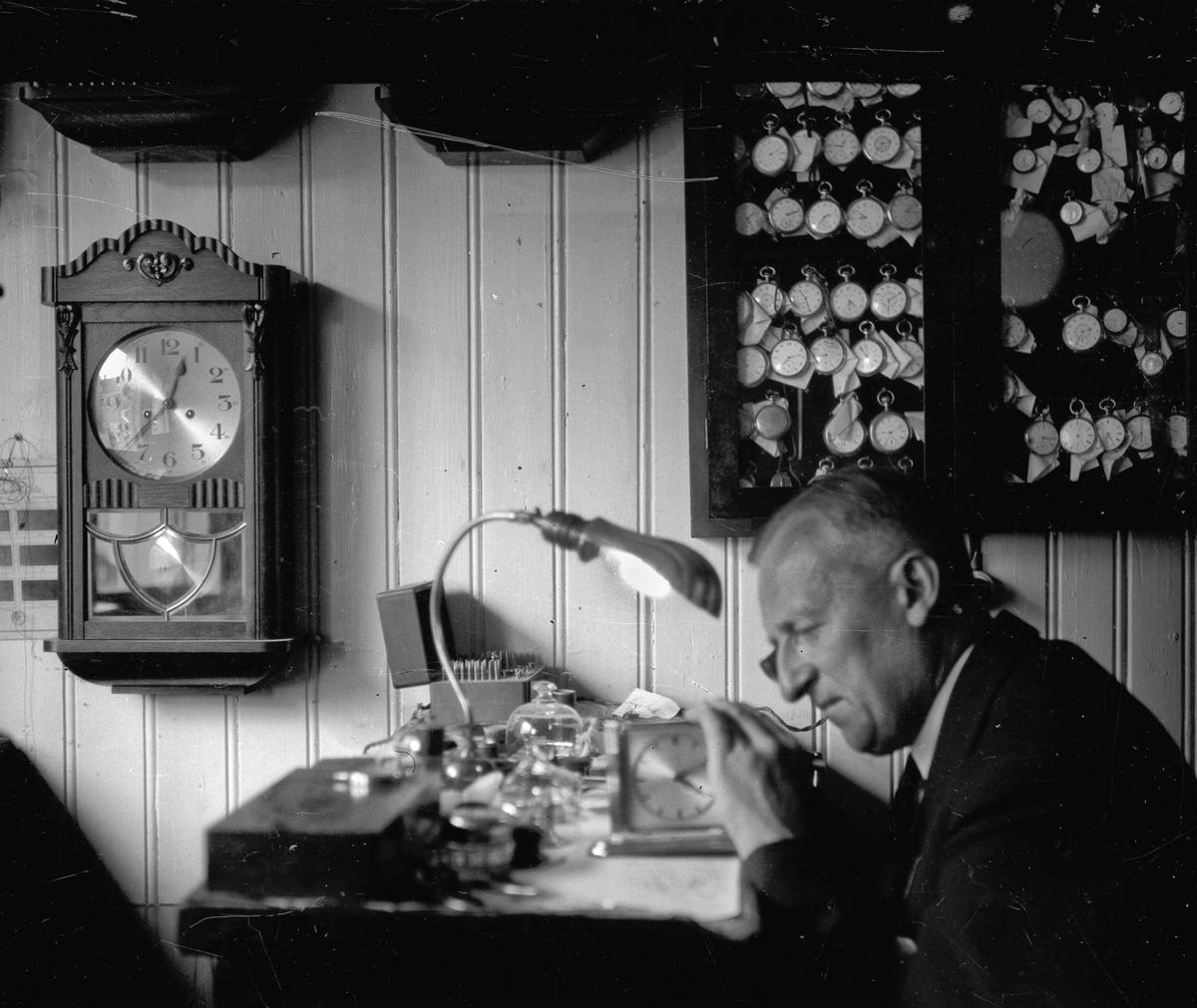 Urmaker Johan Kristian Sindsen (1889-1966). Bildet tatt i Sandberggården før 1940. Etter det flyttet han til Sparebankgården.