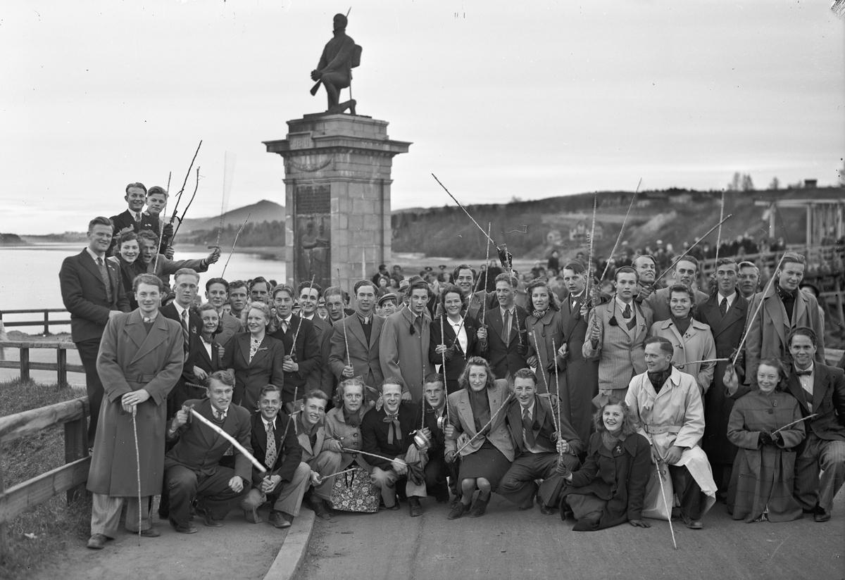 """Gruppe voksne """"russ"""" ved Den Knelende Soldat.  Kan være fra et jubileum etter krigen. På våren."""