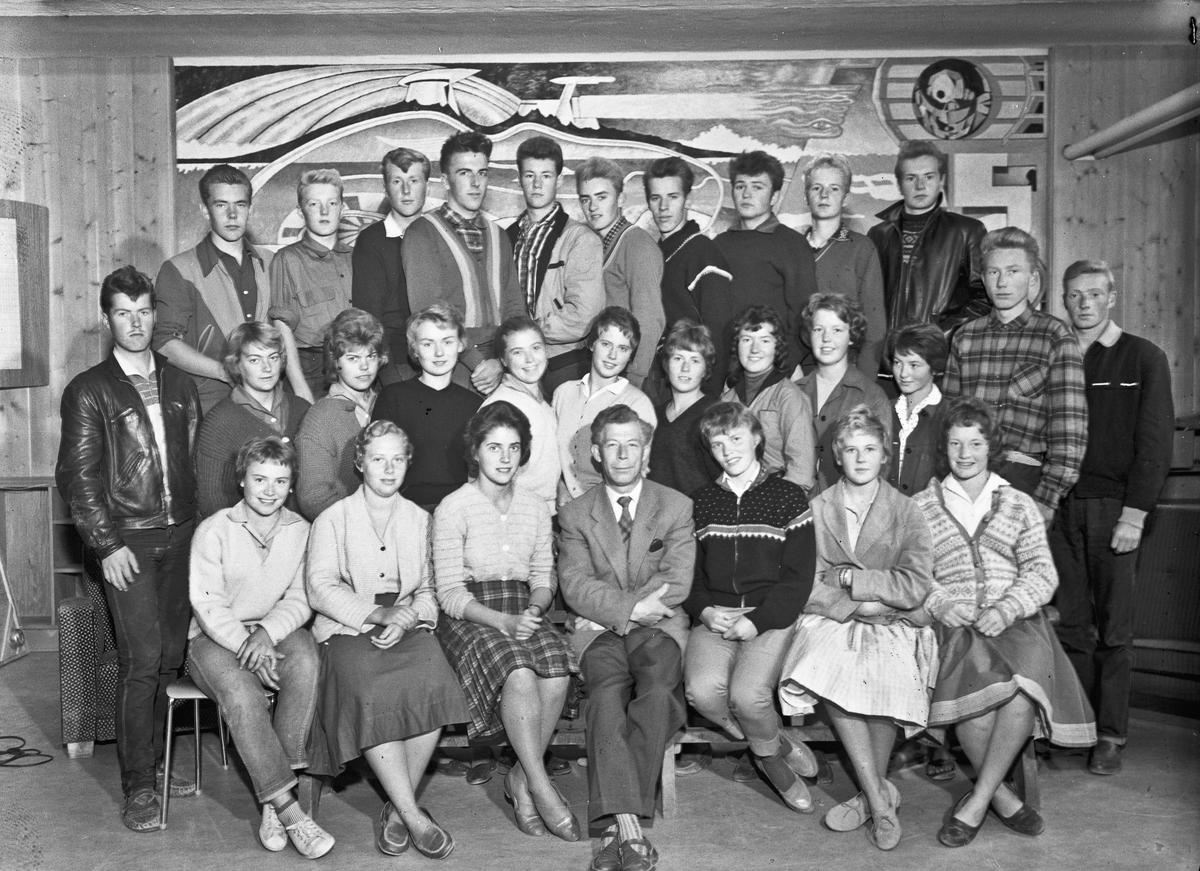 Lærer og elever ved Eidsvoll Landsgymnas. Lærer: Nils Halland.