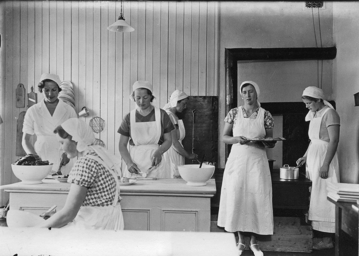 Fra Husmorskolen på Råholt. Nr. 2 fra høyre er Eva Linnerud.