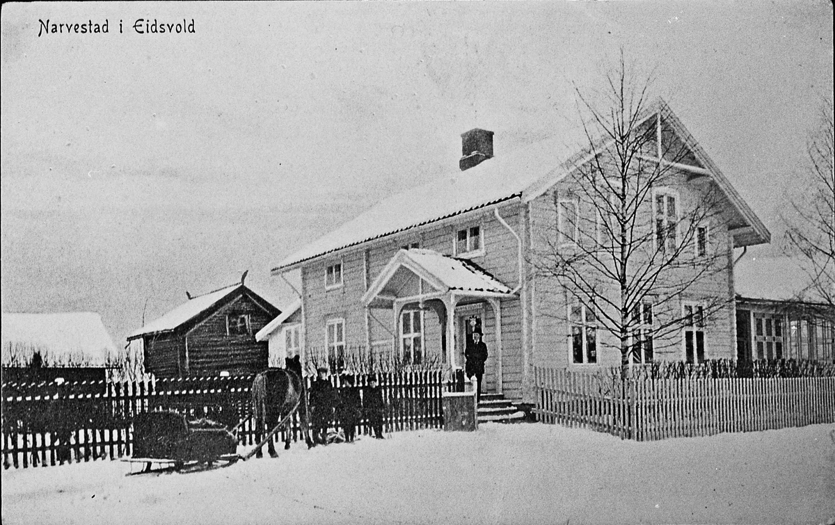 Narvestad Landhandel i Eidsvoll. Ca. 1910. Forretningsgård bygget 1898. På trappa står eier Hans Johansen. De andre er: Johan Johansen, Torbjørn og Helge Moestue-Johansen.