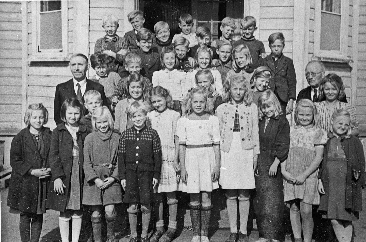 Råholt skole. 1943-44.  Lærerne Sundli og Solheim samt elever fra flere klasser.