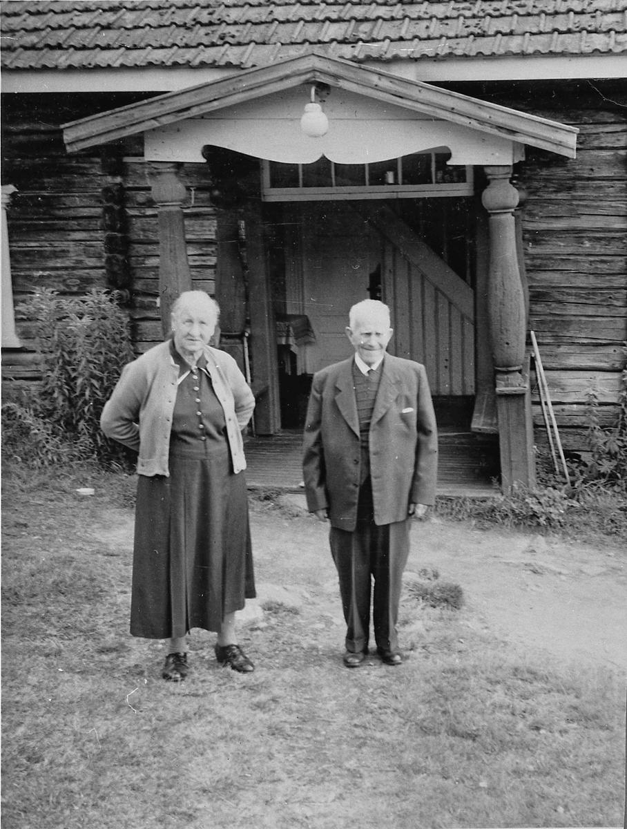Knofsløkken, Gullverket. 1950-55. Maren og Anton Madsen. De kjøpte stedet i 1908. Drev gården til i 1941, da overtok svigersønn Gunnar Pleym.