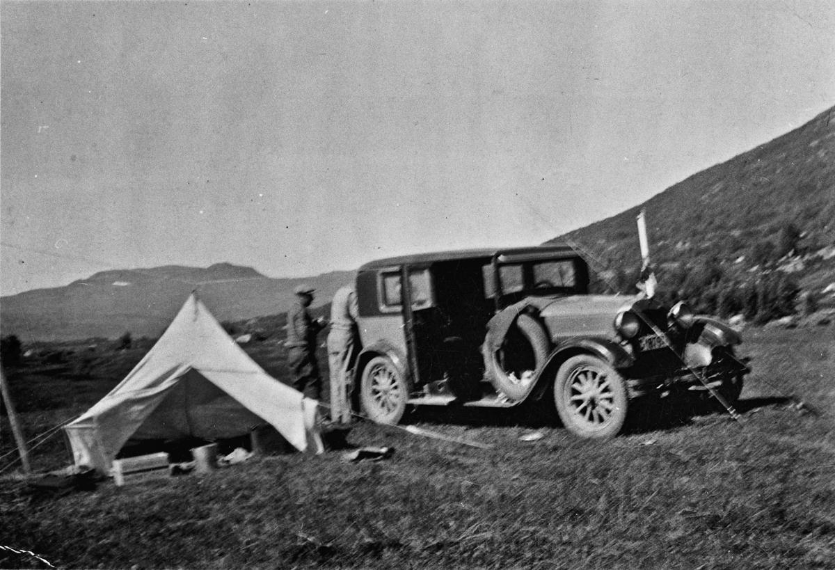 Telttur med bil fra 20-30 tallet.