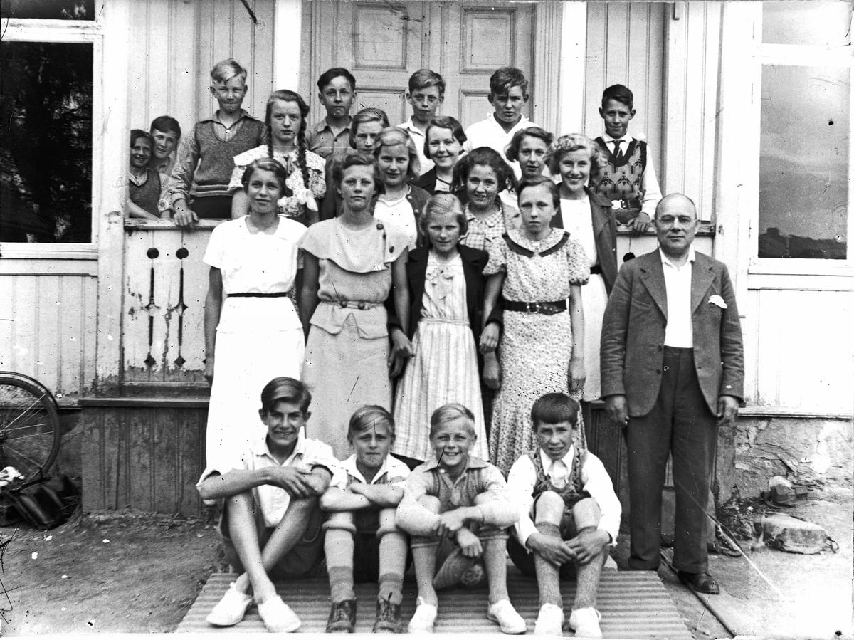 Skoleklasse Eidsvoll Verk. Lærer B. Egnes
