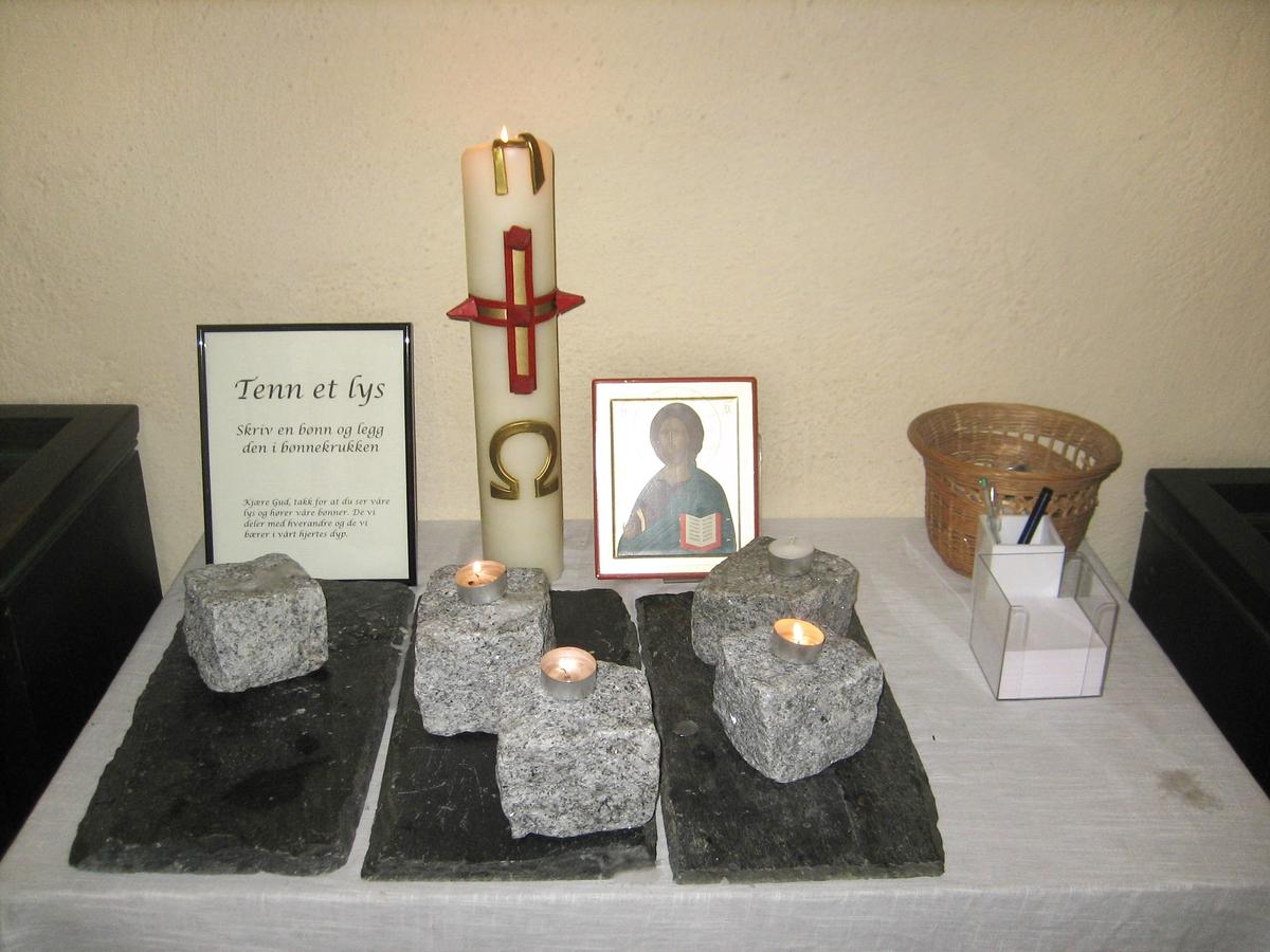 Minner etter terrorhandlingen den 22. juli 2011. Lillestrøm kirke var åpen for sørgende i uken etter terrorhandlingen. Tente lys for sorg.