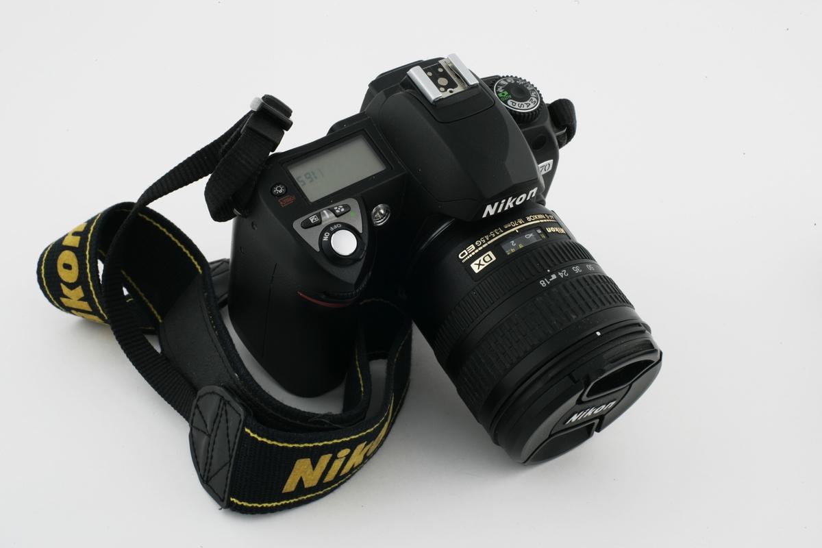 Vesker. Innhold i herreveske/sekk 2 - Fotoapparatt. Studiobilde i forbindelse med samtidsdokumentasjonsprosjekt - Veskeprosjektet 2006