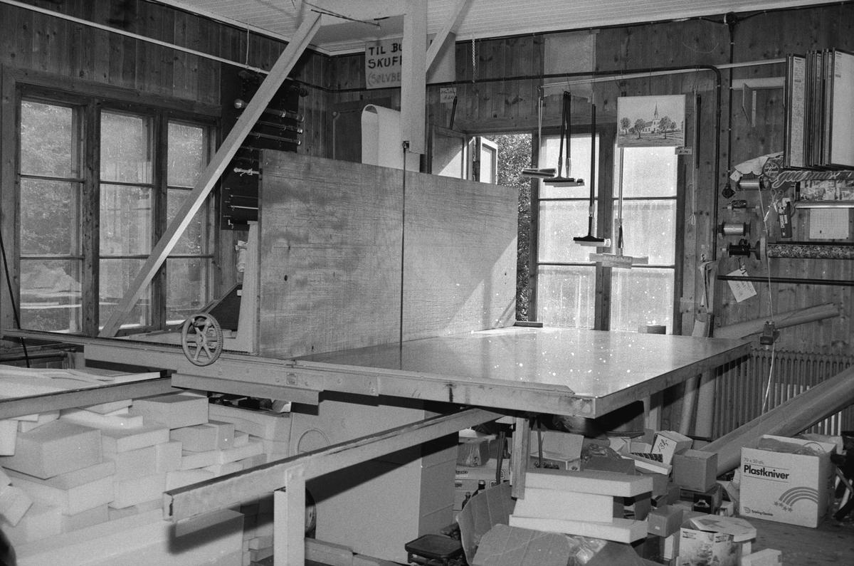 Svartdahl Bruk Maskin 203-1 Skumplastsag, konstruert av Per Iversen 1975. Etter modell av sag hos D. P. Sundes skumplastfabrikk. Understellet stammer fra en maskin som fliset opp skumplast hos Sunde. Skjæring av skumplast etter mål erstattet produksjon av bærepinner. Skumplast støpes i rektangulære blokker, som  sages til for eksempel madrasser eller møbelstopp.