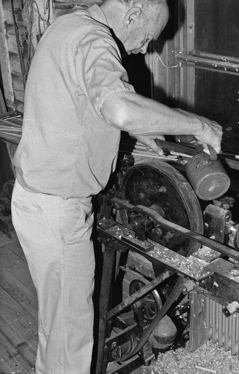 Svartdahl Bruk Bærepinneproduksjon. Demonstrasjon av maskiner. Per Iversen smører verket med en oljekanne