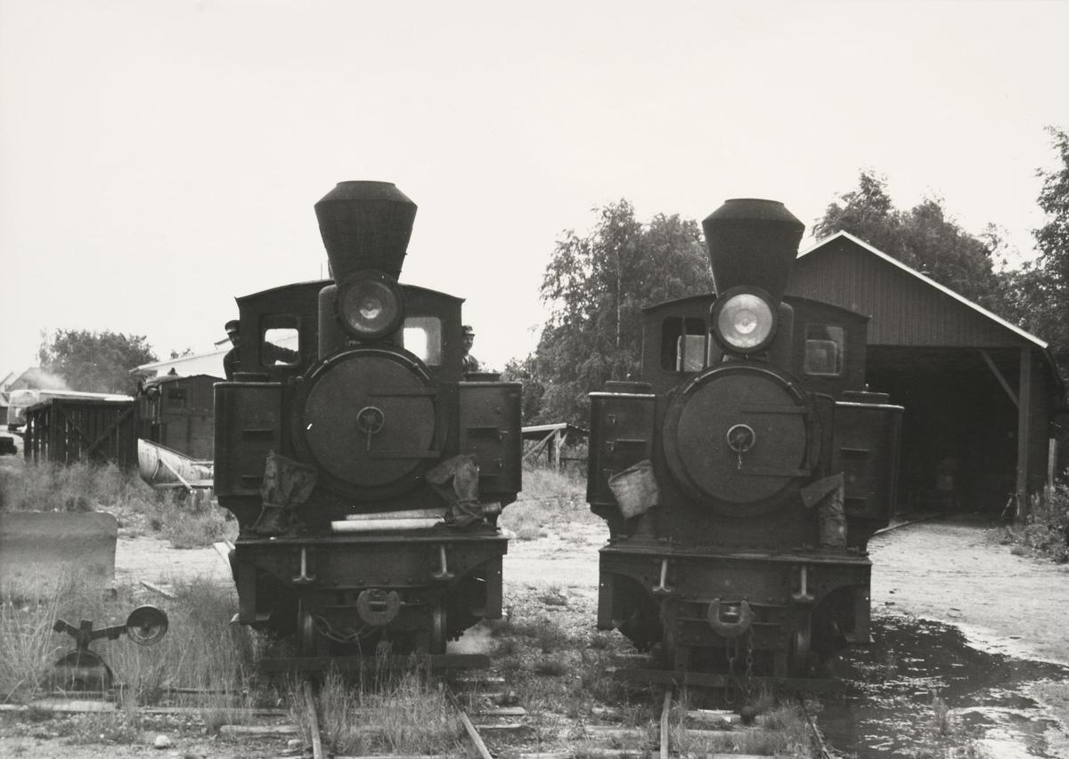 Lok 4 Setskogen (t.h) og lok 6 Høland. I bakgrunnen en veltet løftekasse, sporrenser L55 og en plog.