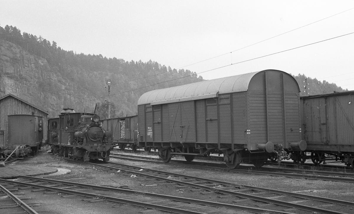 Smalsporet og normalsporet jernbanemateriell på Grovane