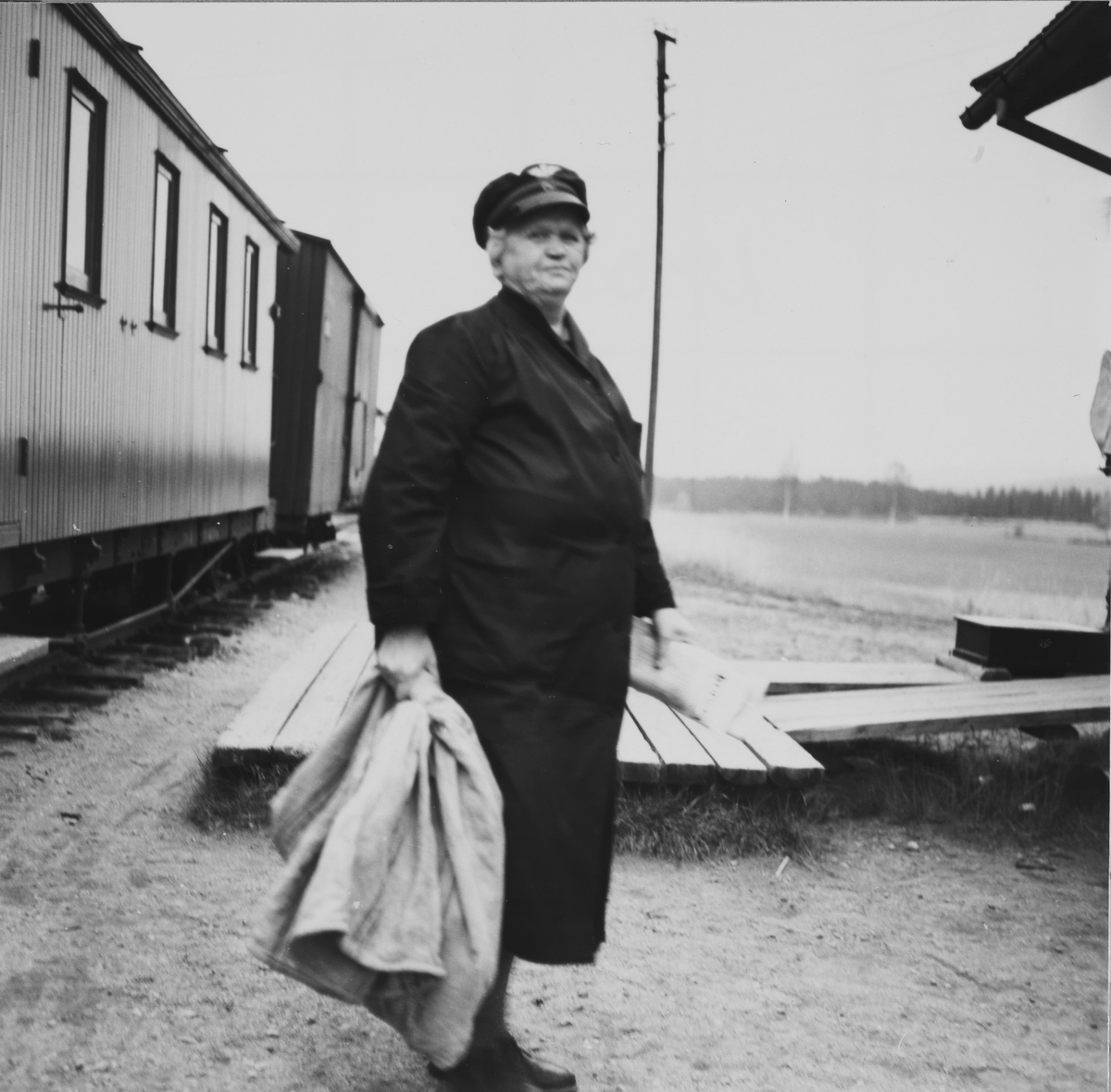 Tog retning Skulerud. Dagens post er overlevert til stasjonsbetjent Gina Sannerud. Vogn CFo8(t.v.) og G48.