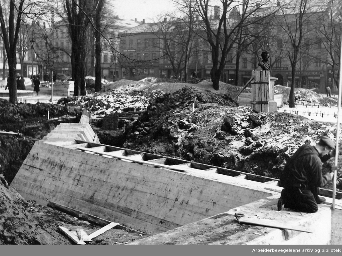 Det sivile luftvern..Dekningsgraver under arbeid ved Olaf Ryes plass, .mars 1940..