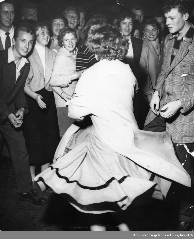 """Opptøyer utenfor Sentrum kino i forbindelse med filmen """"Vend dem ikke ryggen"""",.21. september 1956."""