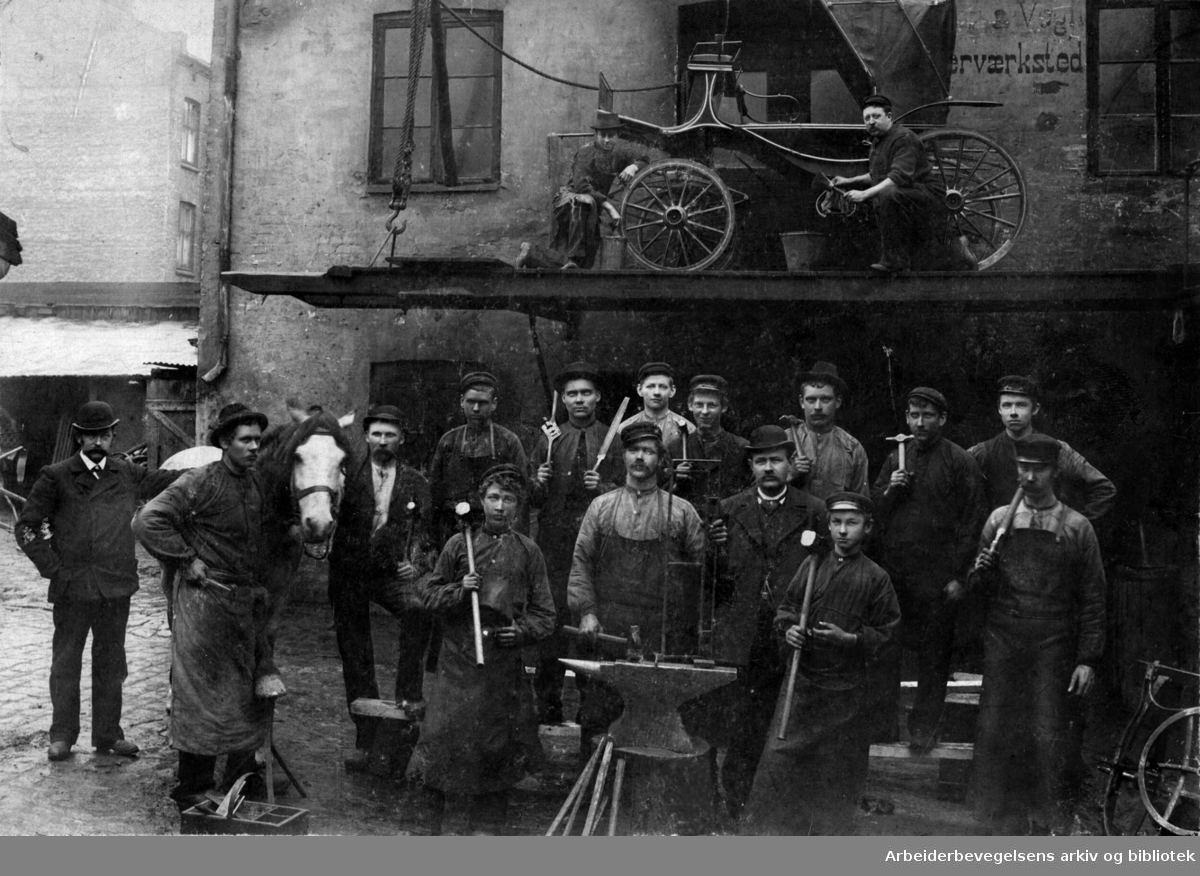 En gruppe vognsmeder og hovslagere hos firmaet Fjeld i Nordbygata, .1898