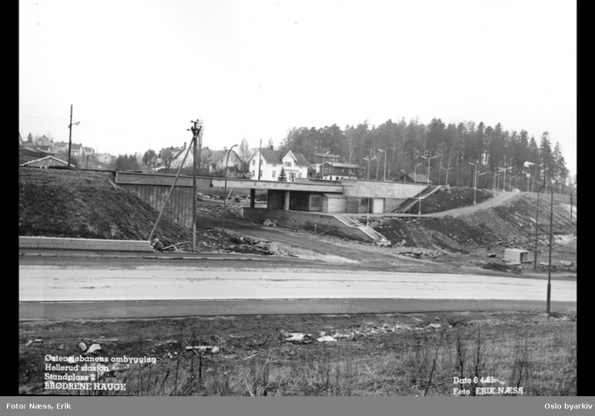Furusetbanens ombygging. stasjonsanlegget med bro over snart ferdig, Tvetenveien, Låveveien, Thygesons vei. Villabebyggelse bak.