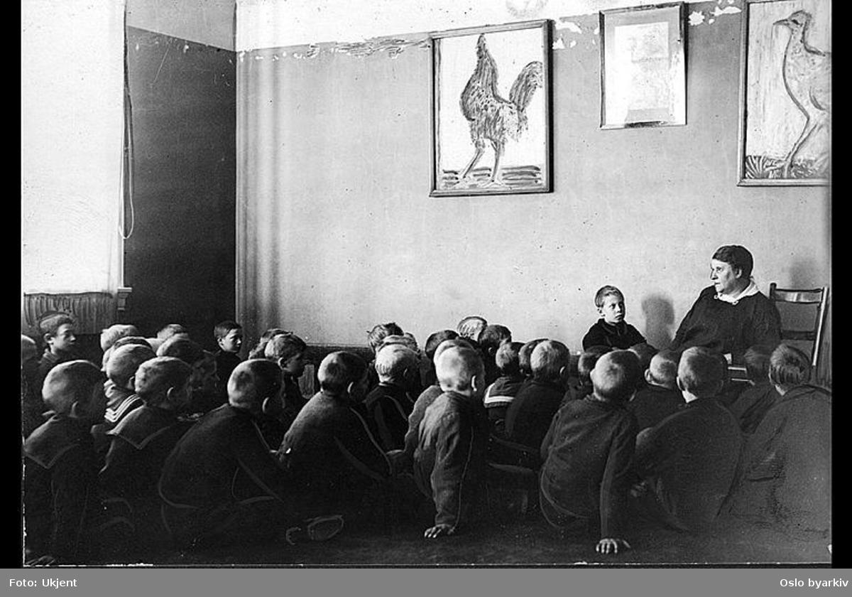 """Lærer og forfatterinnen Regine Normann forteller eventyr for """"sine gutter"""". Albumtittel: """"Sofienberg skole femti år - første september 1933."""""""