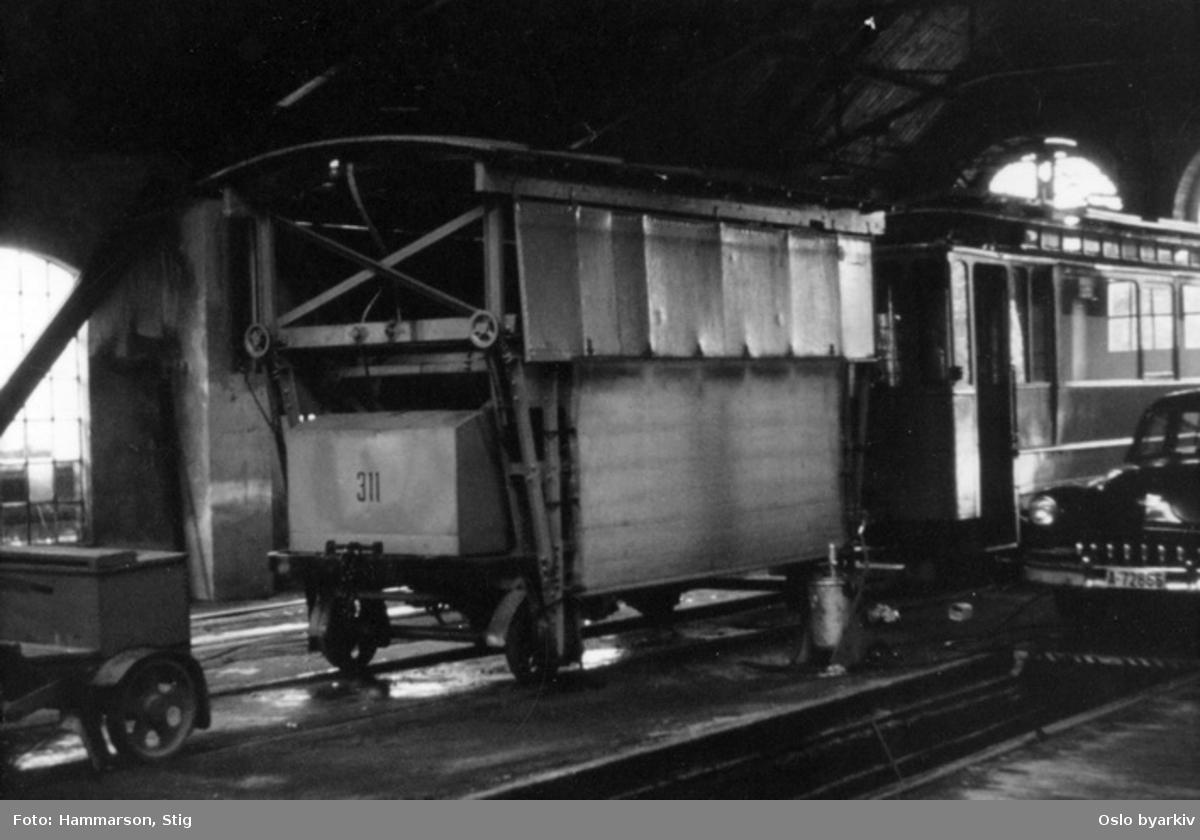 Skinneklippevogn tilhenger, nr 311, bil i vognhall på Sagene.