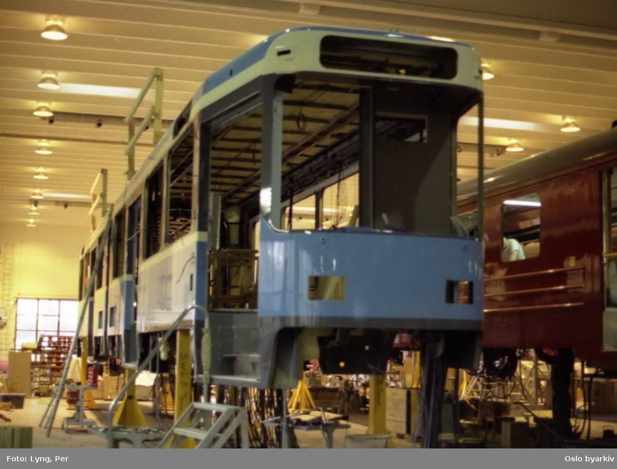 Oslo Sporveier. Trikk motorvogn 123 type SL79 under bygging i Strømmen verksted. (De 10 første av SL79-leddvognene ble bygget i Tyskland, de neste 15, hvorav denne inngår, ble bygget her på Strømmen. Senere tilkom fra samme sted ytterligere 15, men av en noe annen type, kalt serie II.)
