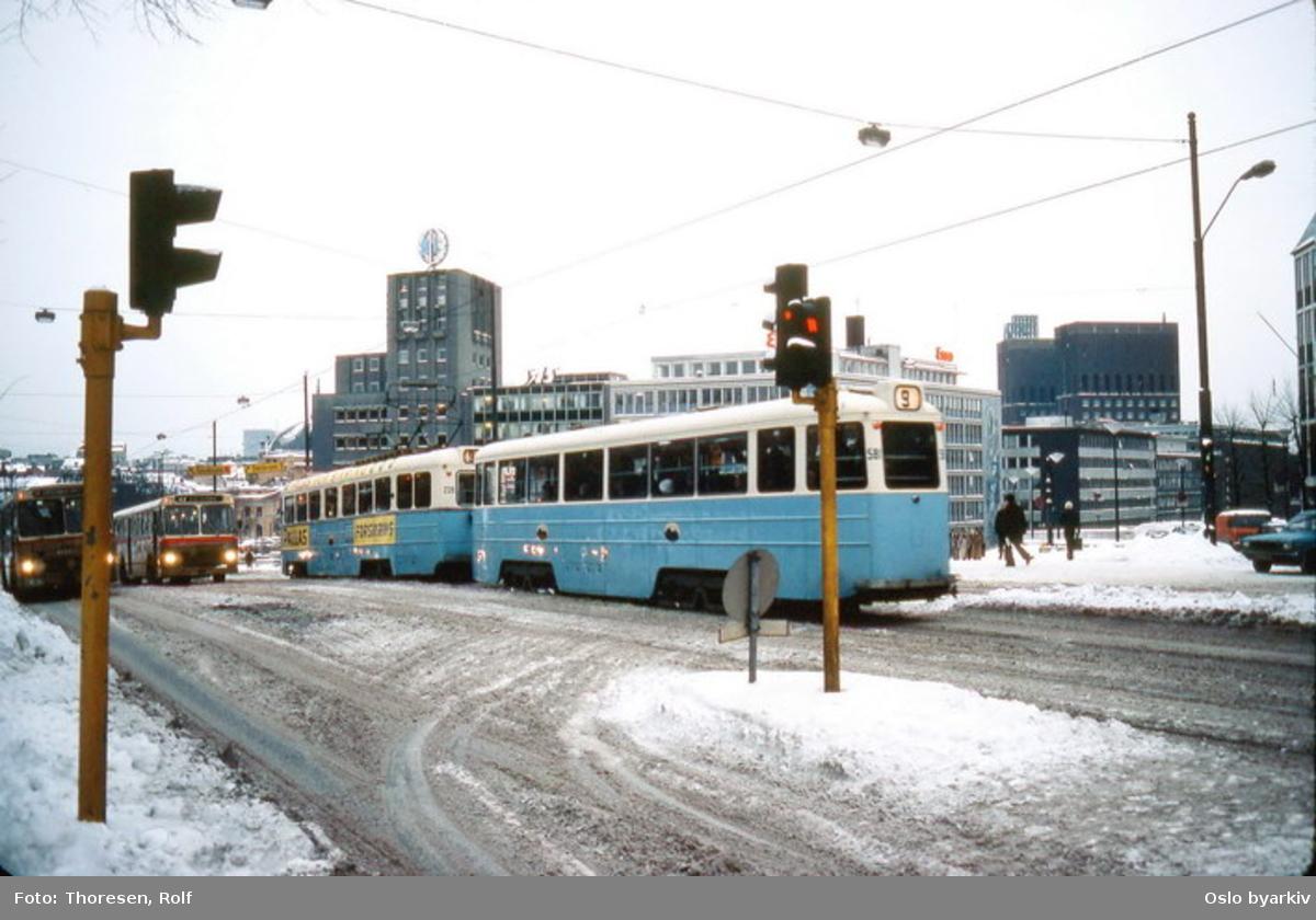 Oslo Sporveier. Trikk tilhenger 581 type STBO (fra 1953, tidligere Stockholmsvogn) på linje 9, Jar (Kolsås)-Ljabru, her ned Drammensveien ved 7. juniplassen. BFB busser, snø.