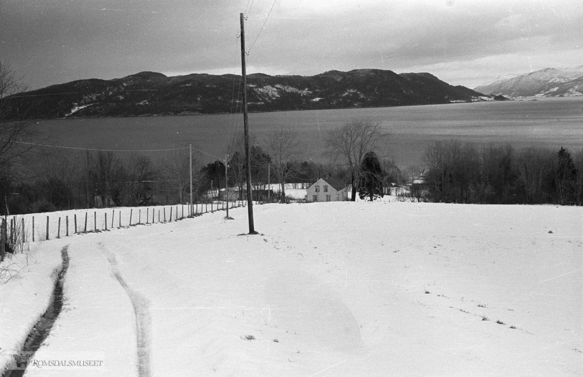 Bilder tatt i forbindelse med Gjermundnes-boka, 1989..Arkivmatrialet finnes i Romsdalsarkivet og i Bjørn Austigards feltbøker..Sekken i bakgrunnen.