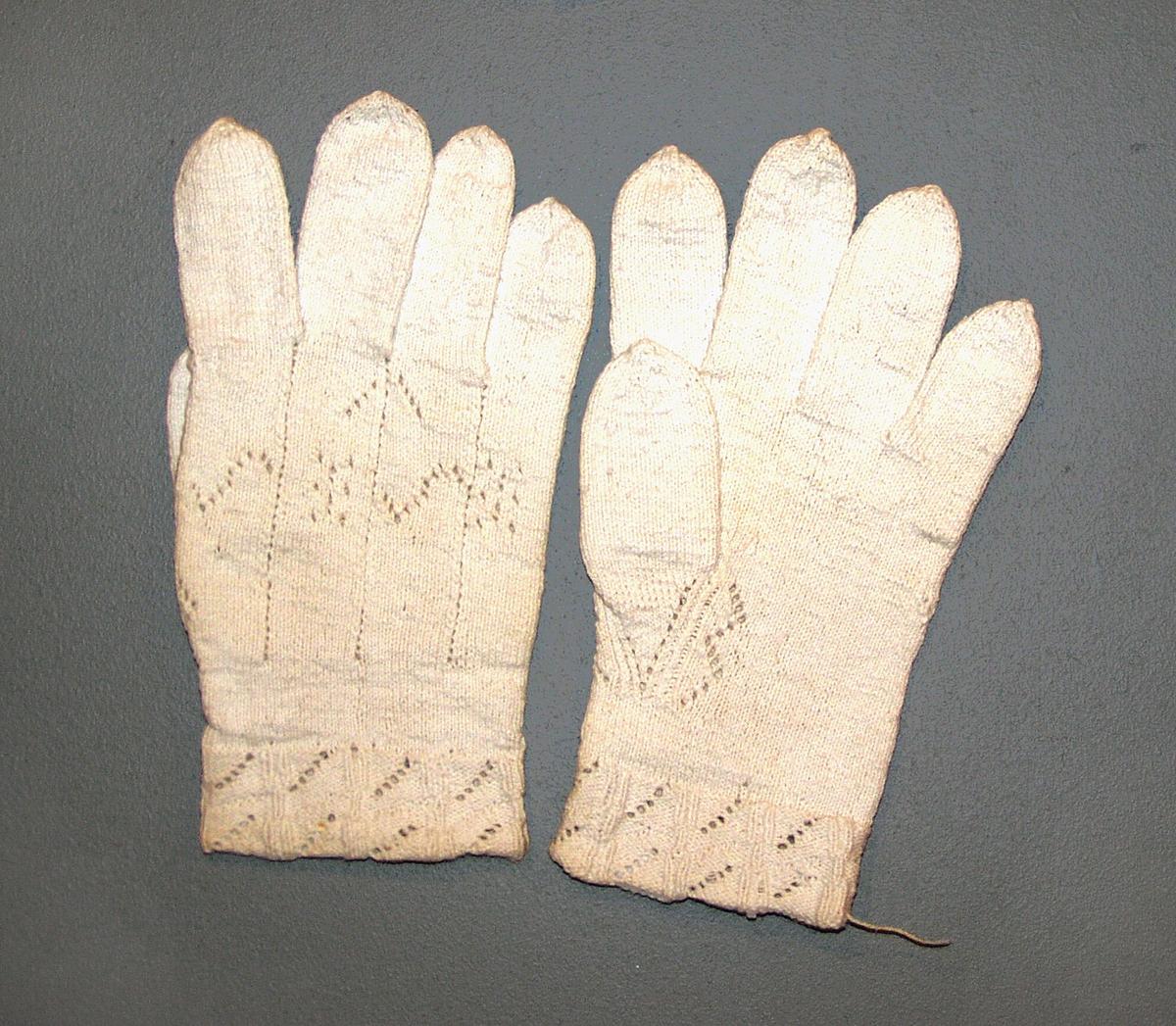 Fingervanter.  N1a.  Glattstrikking med hullmønster på håndbaken og i vrangbordene, 3 cm og i øking til tommel.
