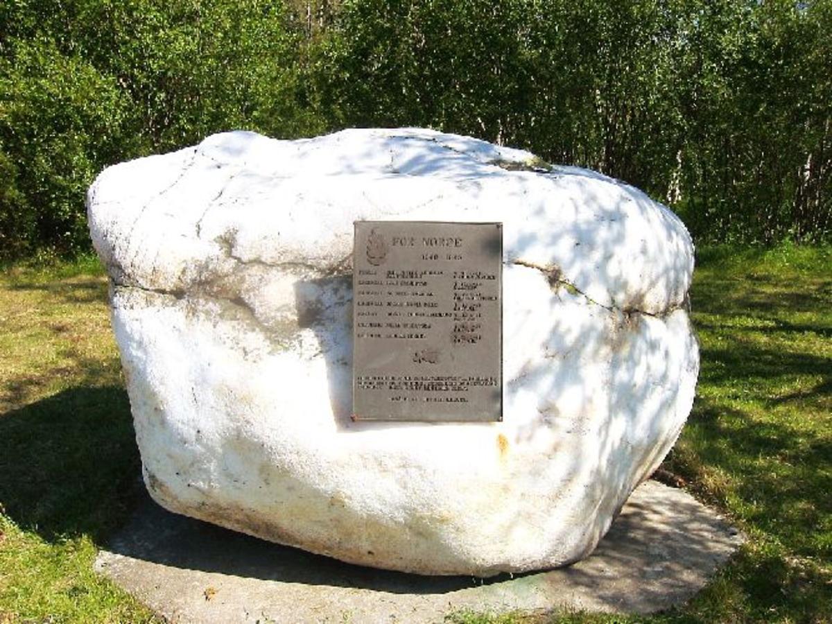 Naturlig sten med plate.