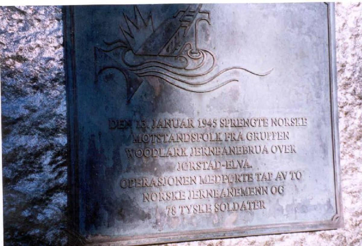 Bautastein med inskripsjon på metallplate