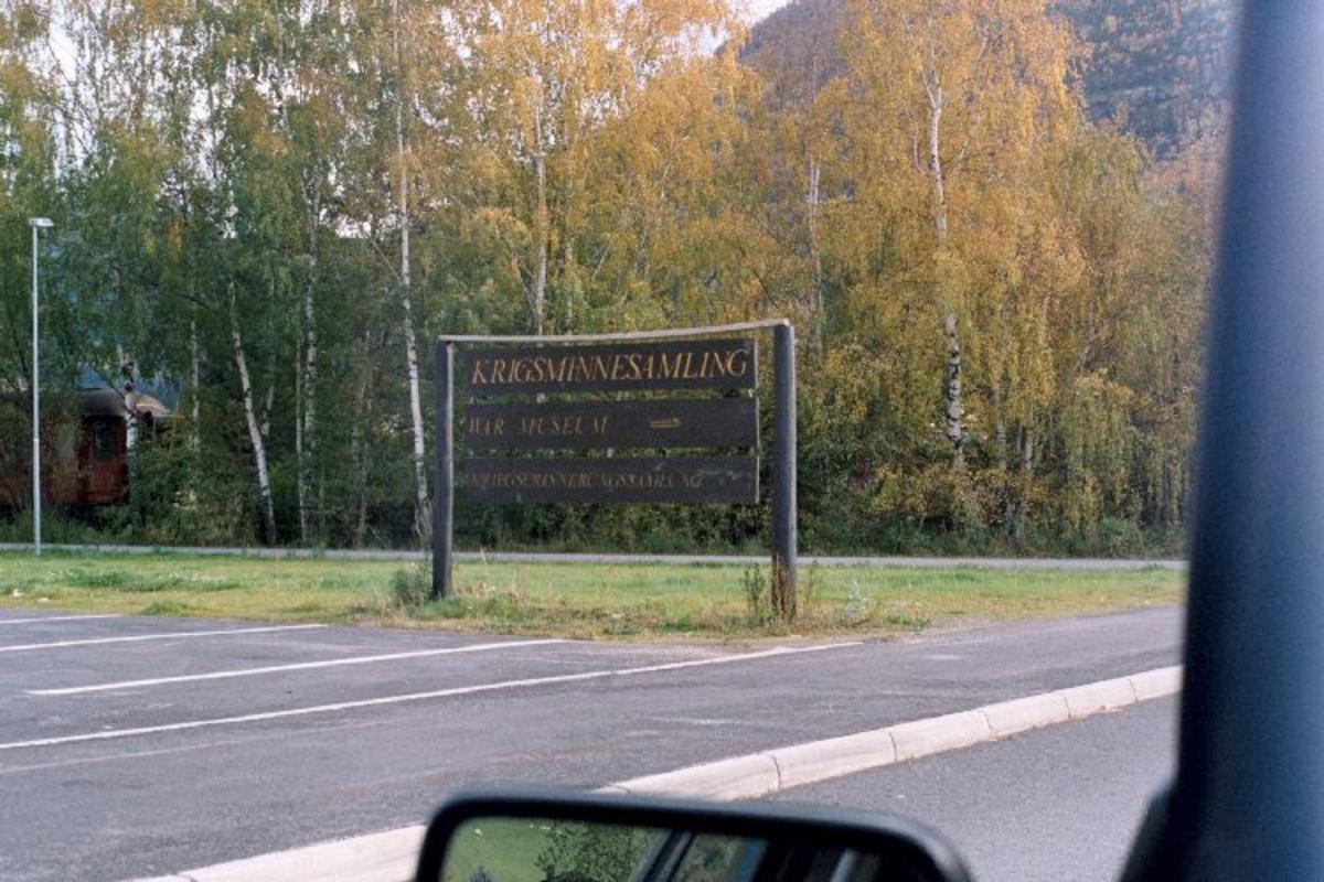 Minnepark med krigsminnesamling i egen bygning.