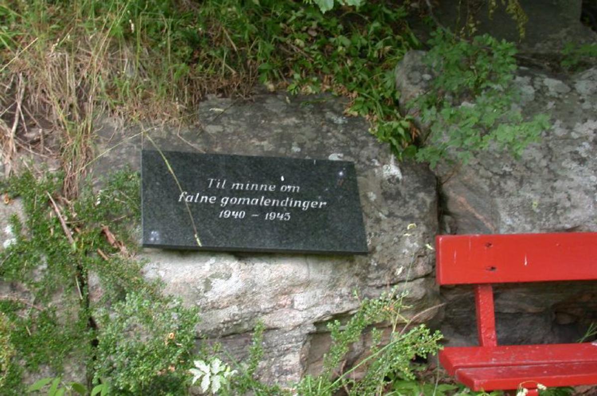 Steinplate med forgylt inskripsjon.
