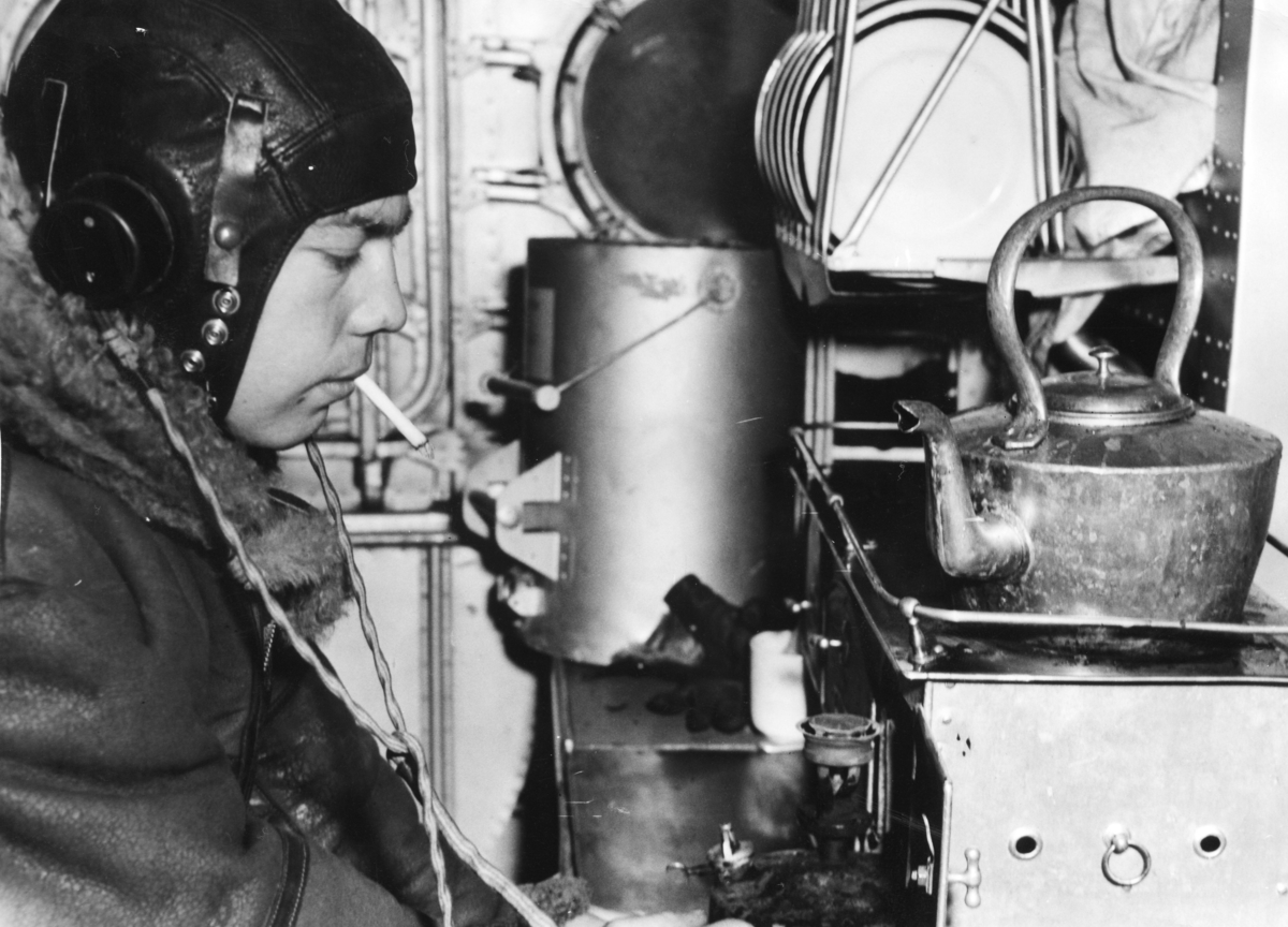 Radiooperatøren på et av 330 skvadronens Sunderland fly.