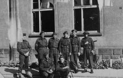 Brigadesoldater foran kaserne.
