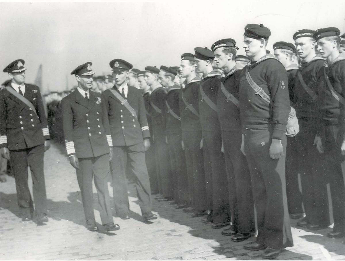 """Jager, """"Mansfield"""". Besetningen blir inspisert av H.M. King George VI under 2. VK. Lt Schau - som NK - presenterer. Til venstre Captain Alexander Henry Maxwell-Hyslop som sjef for jagerfjotiljen."""