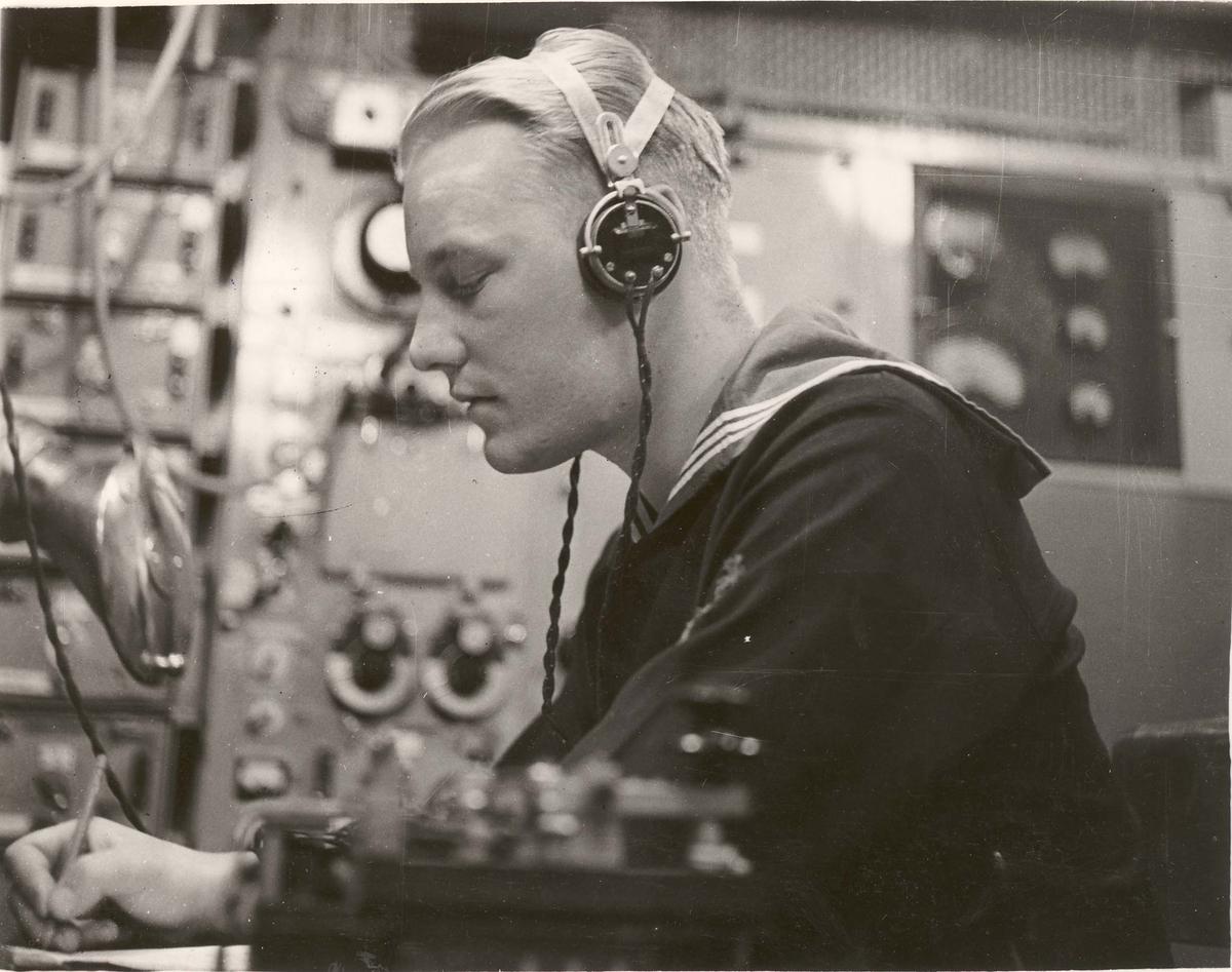 """Jageren  """"Glaisdale"""" , livet om bord under 2. VK. Radiorotelegrafist i arbeid."""