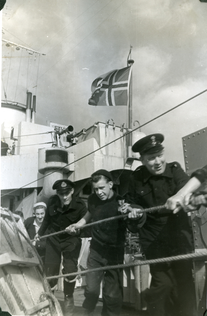 """Album Glaisdale H.Nor.M.S. """"Glaisdale"""". Fotograf: Ìnformation office. Flyr det Norske flagget."""