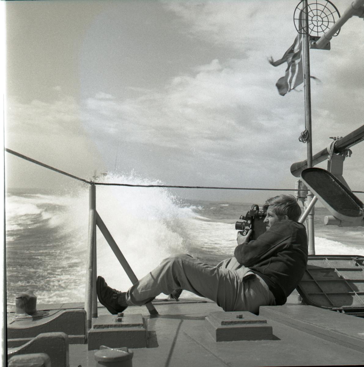 Samlefoto: Elco-klasse MTB-er gjennom Bandak-kanalen i juli 1953. Full fart, kameramann filmer.