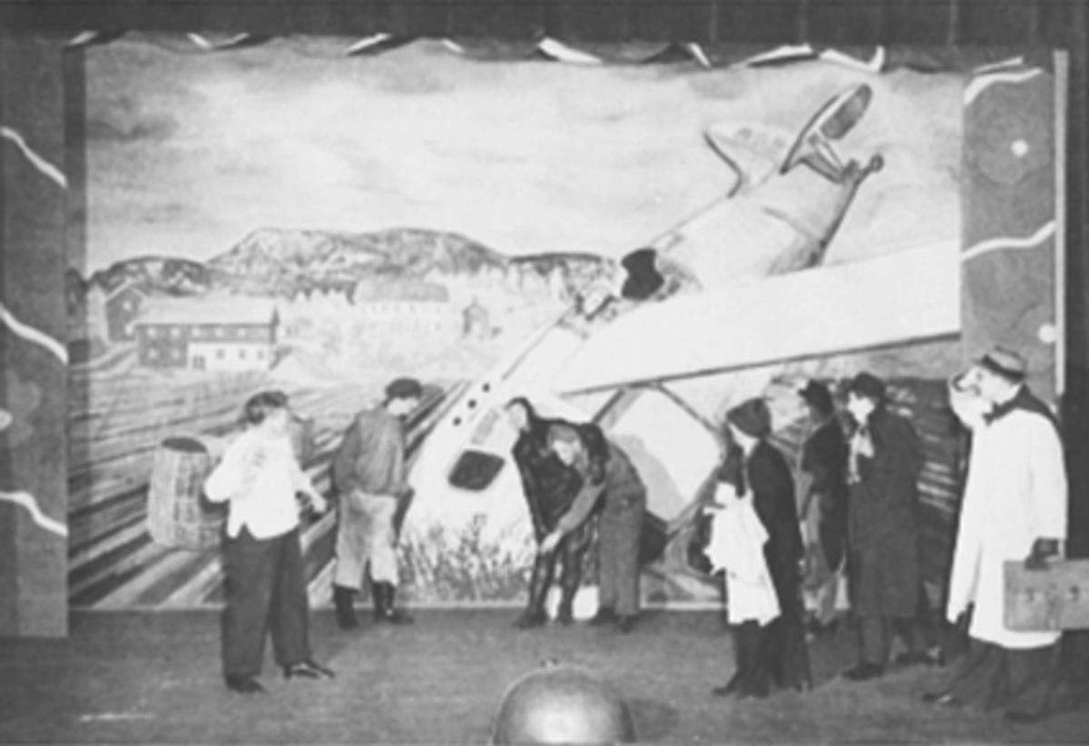 MARTENSREVYEN 1947, A. S. BONDEGULL, 8 SKUESPILLERE, FRA VENSTRE: REVY-PER: PEDER PEDERSEN, ROLF STENSRUD, ERLING EMILSEN, GUNNAR ARNESEN, TRYGVE GISSA HAUG, FRU KORSLUND, BJØRN NYBAKKEN OG IVAR PLATOU, FLYSTYRT I ÅKEREN