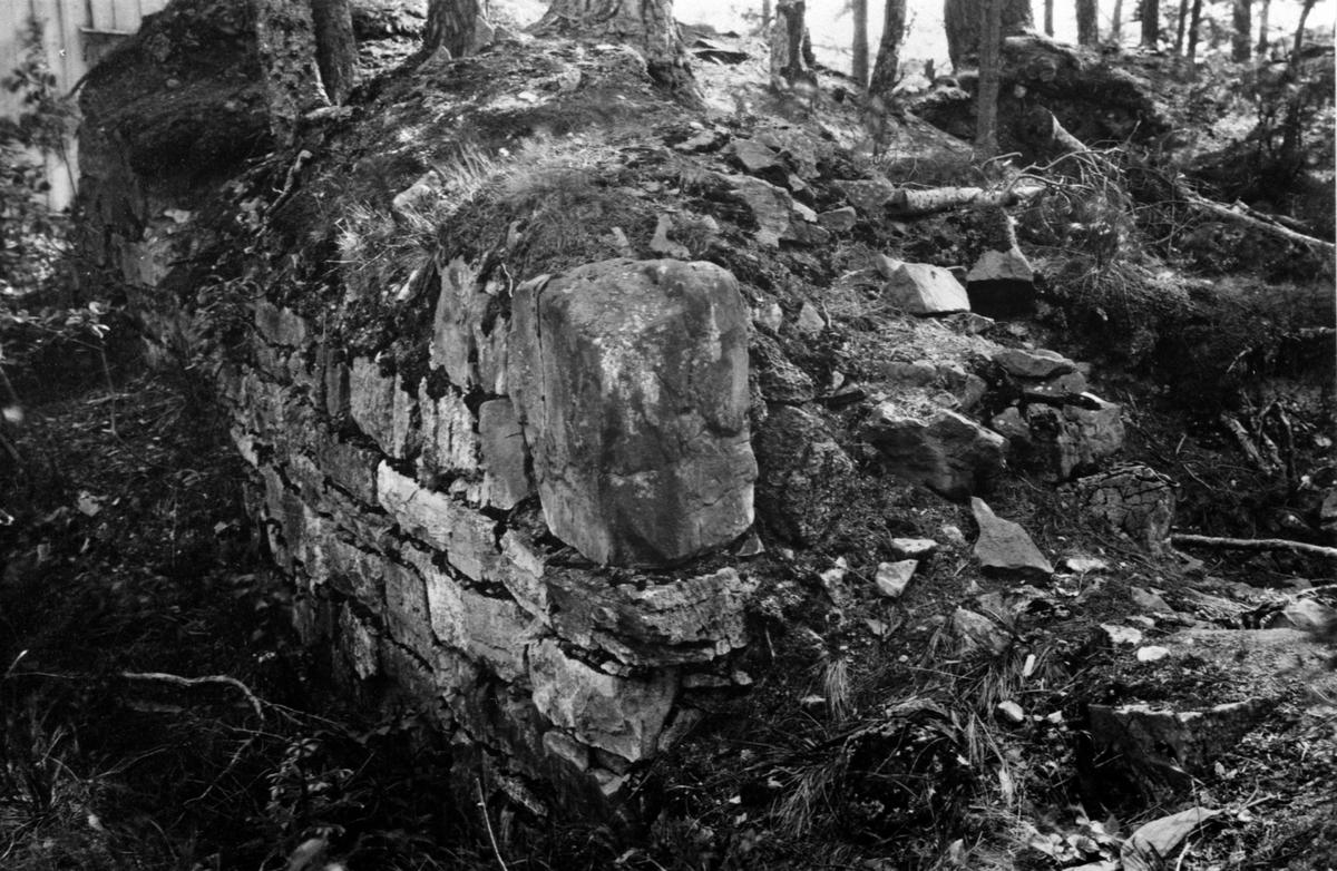 Rester av murverk utvendig på vestveggen av Mjøskastellet, Steinsholmen, Ringsaker.
