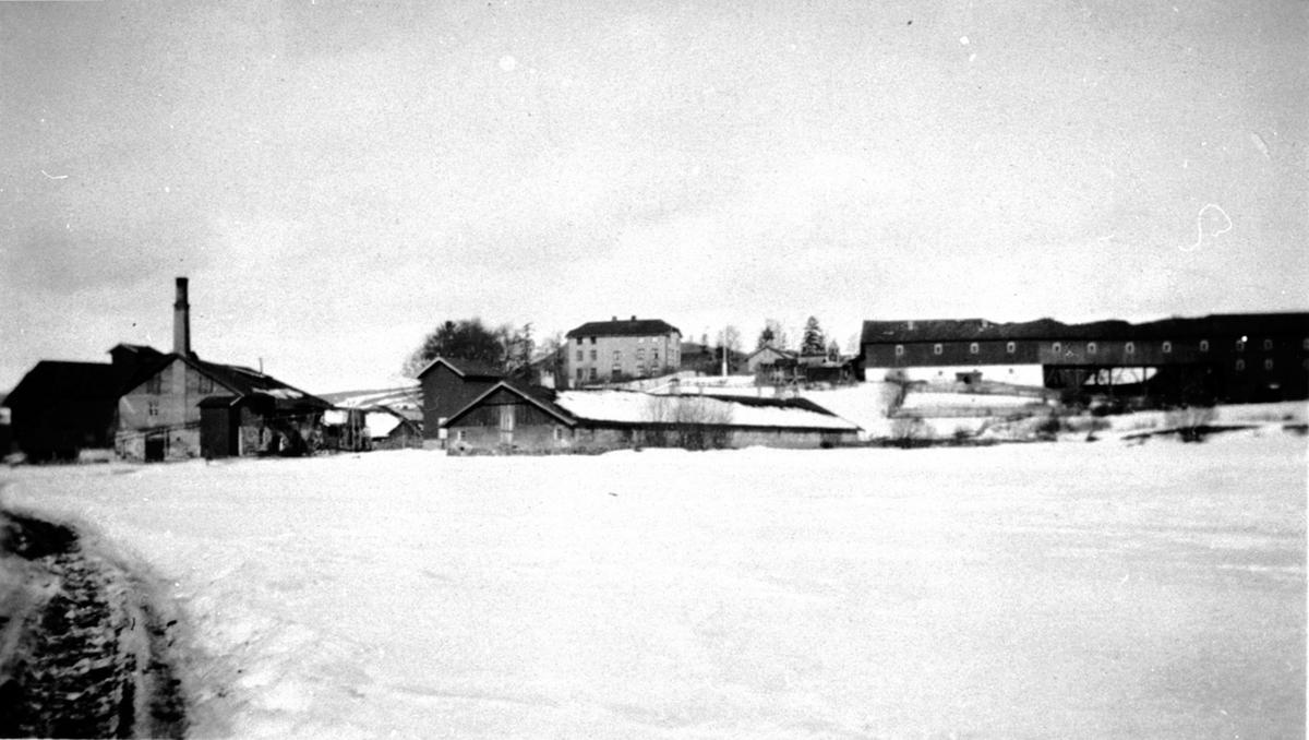 Oversikt, Nerkvern gård, Brumunddal sett fra sør. Brenneriet til venstre. Låven og fjøset i forgrunn. Vinter.